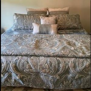💚🤍 EUC King Comforter Set